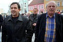 Současný a podle všeho i budoucí starosta Radek Štejnar Jirkova (vlevo) při žehnání zrestaurované fresce na kostele.