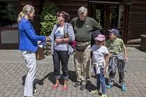 Překvapená paní Ladislava Pavlíková z Ústí nad Labem přijímá od ředitelky zooparku Ivety Rabasové (vlevo) gratulaci a také hodnotné dárky. Aktu přihlíží její manžel a dvě vnoučata.