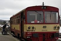Na kdysi frekventované trati z Chomutova do Vejprt jezdí v současnosti vlakové spoje jen víkendech. Za celoroční provoz na trati bojuje spolek Vejprtská dráha/Weipertbahn.