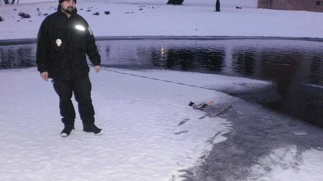 RISK. Chlapec se vydal opravdu na tenký led.