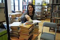 Knihy v oddělení pro dospělé kontroluje knihovnice Petra Talacková.