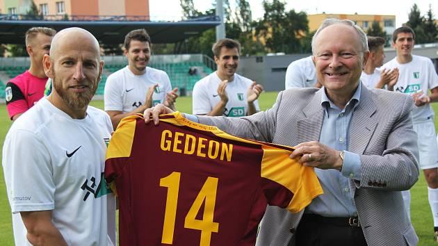 Patrik Gedeon dostal jako památku svůj dres s číslem 14 a desetiminutový záznam přípravného utkání ve Skotsku z loňského léta, ve kterém Dukla porazila slavný Celtic Glasgow 5:3.