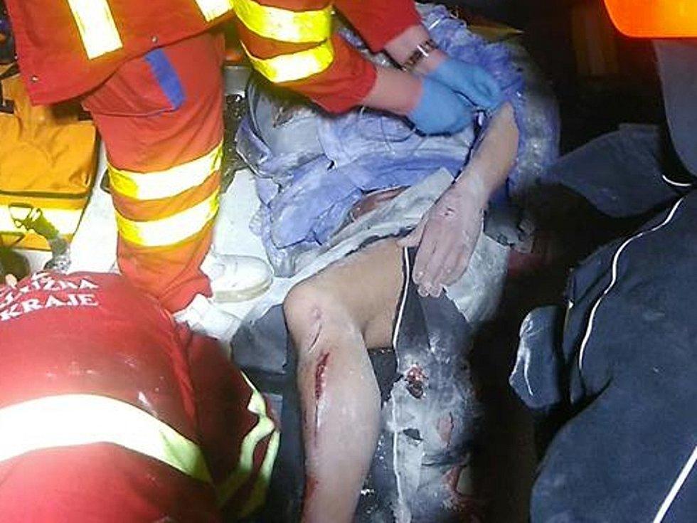 Zdravotníci ošetřují muže, kterého zachytil a zranil šnekový dopravník v kadaňské kaolince