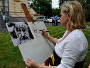 Portrétistka nakreslila tváře na přání.