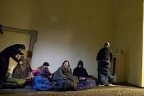 V listopadu 2013 spali dobrovolníci v podloubí radnice.