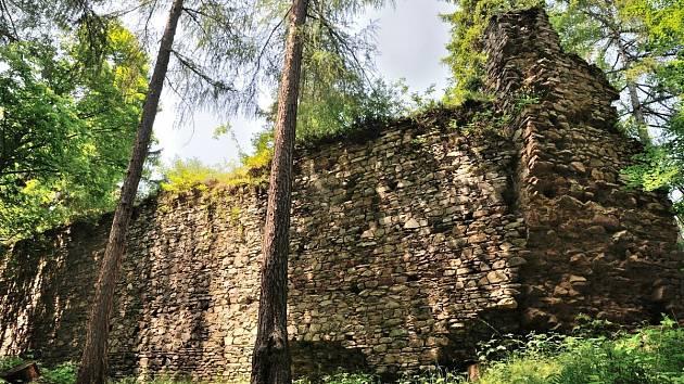 Zřícenina hradu Perštejn.
