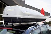 Na kluzkých silnicích je důležité i správné upevnění nákladu ve voze nebo na voze.