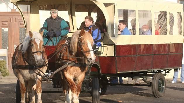 Díky speciáloním úpravám a plošině mohou koňský povoz využít i vozíčkáři a špatně chodící lidé.