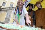 Kromě rekordní kraslice měli na zámku Červený hrádek o Velikonocích také dvoumetrové perníkové vejce. Organizátorka akce Hana Procházková ho pak rozkrájela, aby ho děti mohly sníst.