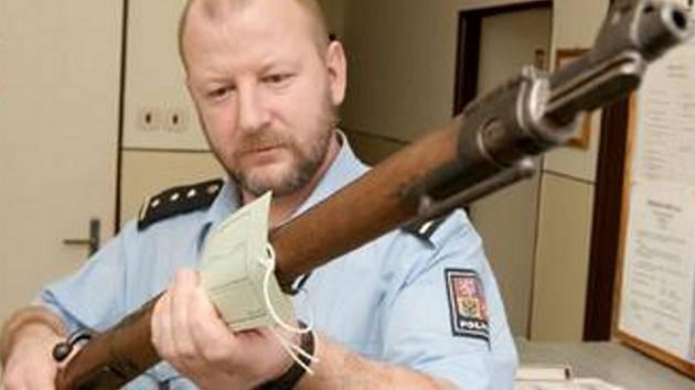 NELEGÁLNÉ DRŽENÁ. Vrchní inspektor Pavel Holeček s jednou z odevzdaných pušek.