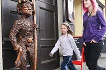Postava čerta od Jaroslava Stejného je velmi naturalistická. V Úštěku to vyvolalo rozruch, místnímu farářovi vadí, že kolem nahé postavy chodí třeba i děti.