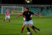 Střelec dvou gólů, chomutovský útočník Martin Boček na snímku vpravo, při přechodu do útoku.