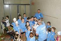 Trenéři udílejí mladým plavcům pokyny před závody.