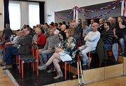 Ustavující zasedání zastupitelstva v Klášterci nad Ohří se uskutečnilo v kulturním domě. Veřejnost si ho nenechala ujít, kdo nenašel místo k sezení, sledoval dění ve stoje.