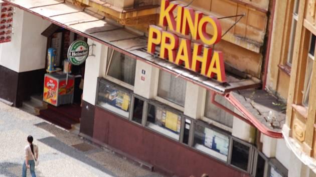 Chátrající budova kina Praha v Chomutově.