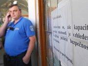 """""""...Kapacita v zasedací míistnosti je vzhledem k zajištění požární bezpečnosti vyčerpána,"""" informoval nápis na zamčených dveřích."""