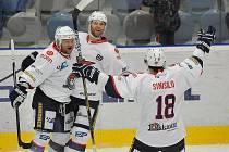 Vladimír Růžička (uprostřed) se se svými spoluhráči raduje ze svého prvního gólu.