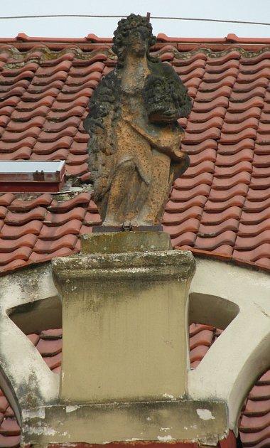 Město nechá zrestaurovat čtyři pískovcové sochy jež zdobily římsu domu Slunce na centrálním Mírovém náměstí.