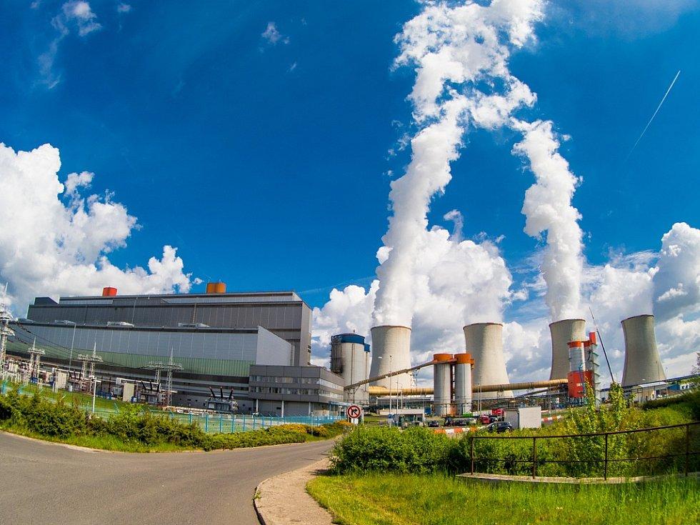 Odsířená Elektrárna Tušimice společnosti ČEZ bez komínu. Spaliny z výroby elektrické energie mimo odsíření jsou dále míchány s párou v chladících věží a pak vypouštěny do ovzduší. Květen 2017