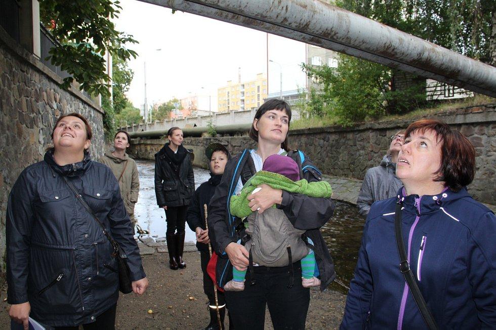 Účastníci procházky poslouchali vyprávění městského architekta o historii řeky i okolní zástavby.