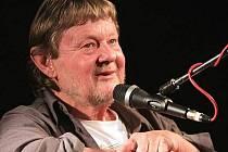 V atriu Chomutovské knihovny v pátek vystoupí písničkář Vladimír Merta.