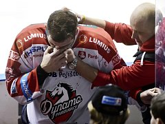 Petr Čáslava odchází otřesený a zraněný z ledu po drsném hitu od Bretta Flemminga