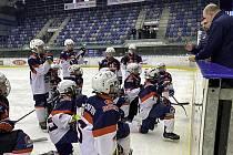 Chomutovští dorostenci naslouchají při drilu na ledě trenérům.