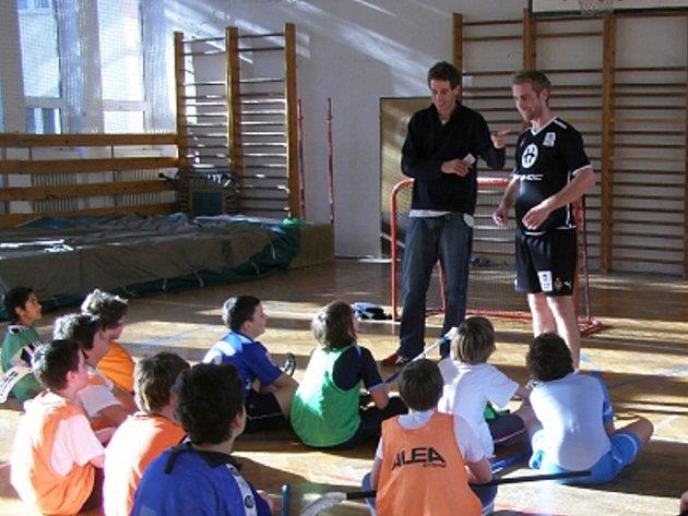 Hráči Střešovic a Chodova besedují se žáky Základní školy Na Příkopech