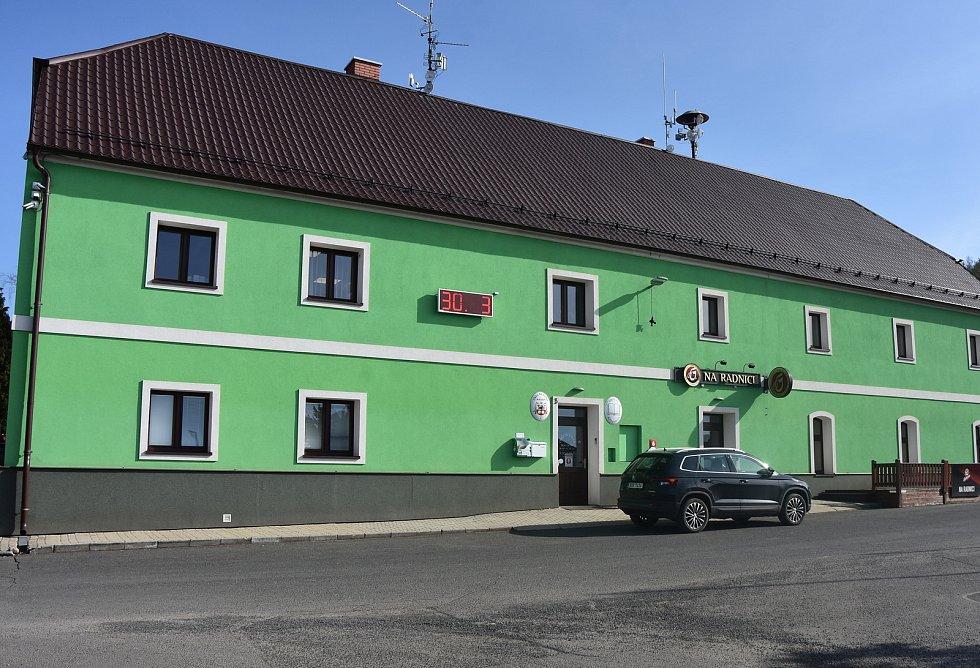Málkovský obecní úřad stojí v místní části Zelená. Sídlí ve stejném domě jako hostinec Na radnici.