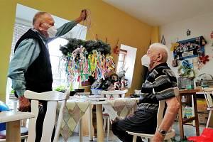 V kadaňském Domově pro seniory vyroste májka s vůní jehličí.