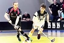 V prvním čtvrtfinálovém utkání zaskočili florbalisté Chomutova (v bíločerném) Ústí na jejich palubovce.