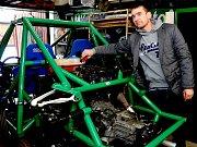 Jakub Fischer u svého závodního speciálu, který si sám v dílně sestavil.
