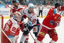 Chomuvští hokejisté (v bílém) jsou ve svízelné situaci.