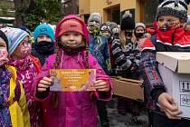 Žáci prvních dvou ročníků 4. ZŠ Kadaňská v Chomutově přinesli spolu se svými učiteli ručně vyrobené lojové koule.