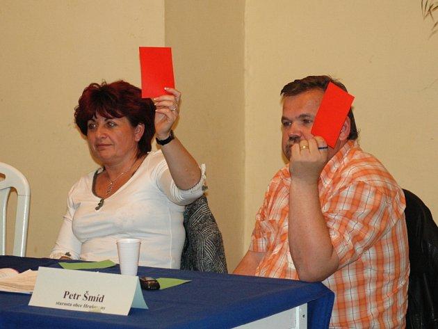 Náměstkyně primátora Chomutova Jana Vaňhová se starostou obce Hrušovany Petrem Šmídem na besedě.