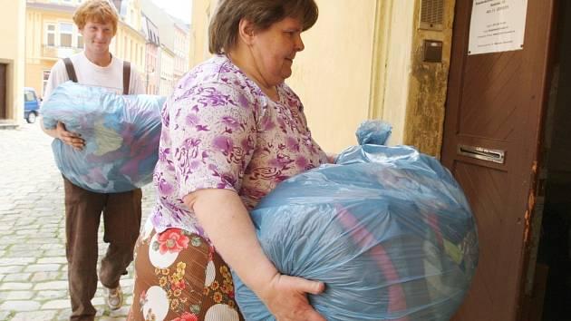 Pytle a tašky, které přinesli Jirkováci, zabraly několik místností fary.