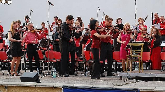 Letní filharmonie na pódiu chomutovského letního kina.