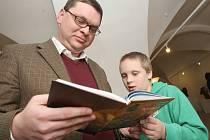 Křest nové knihy Královské město Kadaň. Autor knihy Petr Hlaváček si knihu pročítá se svým synem Jonášem.