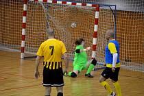 GÓL: Gólman FC HSG Most nestihl zareagovat na prudkou střelu útočníka týmu Světlo Kadaň (modří) a srovnává stav utkání na 1:1.