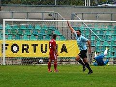 Je to tam. Chomutovský snajpr Martin Boček v modrém dresu, právě vsítil vítězný gól Chomutova.