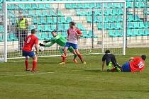 FC Chomutov při jedné ze svých šancí. Ani tentokrát se domácím v černém, hostujícího gólmana Českého Brodu překonat nepodařilo.