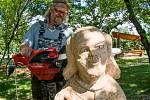 Řezbáři pracují ve Březně u Chomutova, svá díla představí v sobotu 8. července