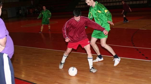 ZIMNÍ LIGA malého fotbalu pokračovala dalším turnajem čtvrté ligy. Vedoucí Astorie potvrdila své postavení, bojovat se bude o druhé místo. Snímek je z utkání Dědek team – Deportivo 8:2.