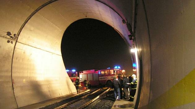 Hasiči nacvičovali evakuaci v tunelu mezi Březnem a Droužkovicemi u Chomutova.