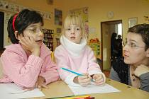 HLAVNĚ ŽÁDNÉ HLAVONOŽCE. Podle kresbiček učitelky při zápisu posuzují zralost dětí. Postavišky musí mít hlavu, tělo, nohy i ruce. Marušce a Nikolce se obrázky povedly. Na snímku s učitelkou Markétou Kollárovou.
