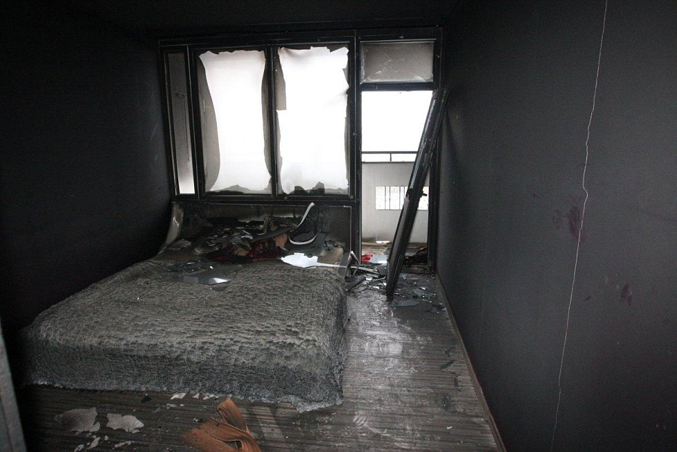 Vyhořelý byt - ložnice.