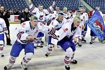 """V loňském roce vystoupali chomutovští mladší dorostenci po hokejových schůdcích až úplně nejvýše. Podaří se letos jejich nástupcům stejný kousek? """"Bude to boj. Pevně doufám, že ze sebe kluci vydolují to nejlepší,"""" věří svému týmu trenér Robert Kaše."""