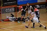 Rychlý protiútok Znojma (v černém) domácí zaskočil. Ggólman Jan Vlček se natahuje po míčku a připisuje si úspěšný zákrok.