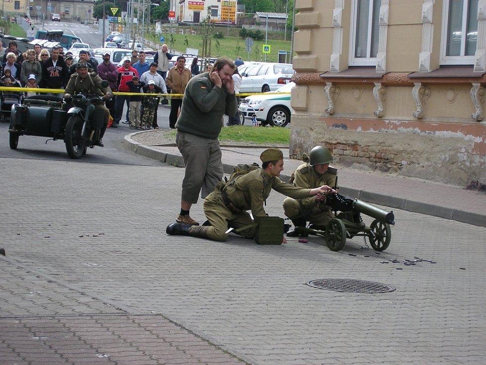 Snímky z osvobozování jirkovského kina.