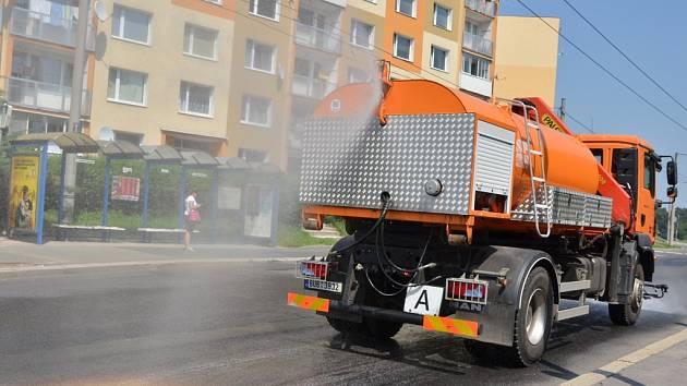 KROPÍCÍ VOZY v největších parnech pomáhají Chomutovanům. Kromě toho, že zchlazují rozpálené silnice a chodníky města, snižují také prašnost a osvěžují vzduch přidanou vůní.